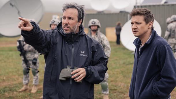 Le réalisateur Denis Villeneuve et Jeremy Renner sur le plateau de Arrival. Crédit photo : Gracieuseté de Paramount