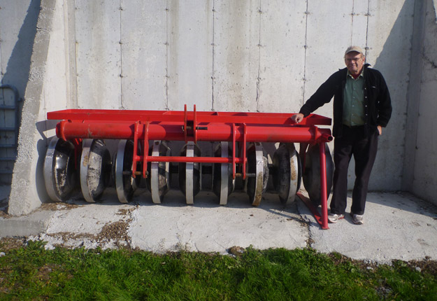 Le rouleau compacteur à neuf roues de Spanjer Machines pèse 5 850 lb.Crédit photo : Agence mécanique Courtney