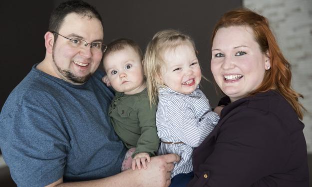 Luc et sa conjointe Mélissa (saison 3) ont maintenant deux enfants et filent le parfait bonheur. Crédit photo : VTélé