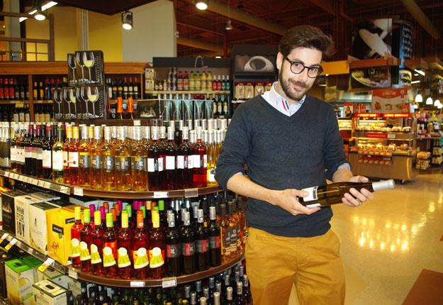 Jason Gaouette dans sa nouvelle section de vins du Québec, qu'il souhaite agrandir bientôt. Crédit photo: Ariane Desrochers/TCN