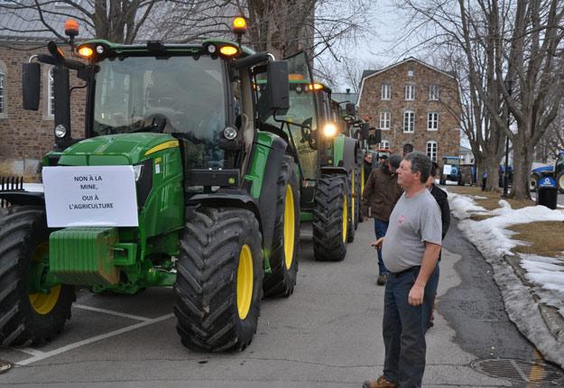 Plus de 50 tracteurs ont été déplacés à Oka le 30 mars pour protester contre le possible retour du projet de mine de niobium. Crédit photo : Nathalie Villeneuve/UPA