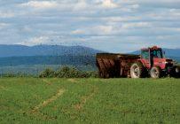 L'épandage des boues d'épuration peut se faire à l'aide d'un épandeur à fumier. Crédit photo : Guy Gagnon, pour la ville de Saguenay