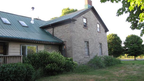 Une maison ancestrale en pierres, datant de 1830, vient avec l'offre. Il y est spécifié qu'elle est en bon état. Crédit photo : Gracieuseté de Kijiji