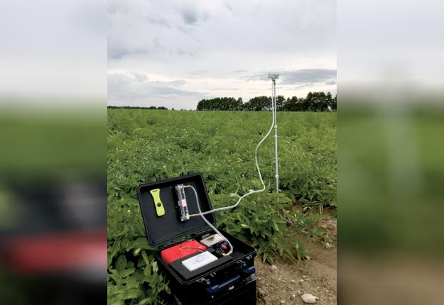 Capteur de spores installé trois fois par semaine dans les champs d'un producteur par la firme Lab'Eau-Air-Sol, pour la détection des maladies fongiques. Crédit photo : Duc Lam Tang, pour Lab'Eau-Air-Sol