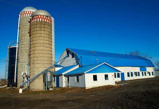 Les silos verticaux poussent comme des champignons dans les fermes du Québec.. Crédit photo: Archives TCN