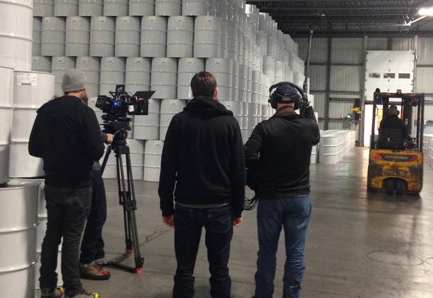Plusieurs équipes de tournage ont défilé ces derniers jours à l'entrepôt de la réserve stratégique de sirop d'érable, à Laurierville. Crédit photo : Gracieuseté FPAQ/Caroline Cyr