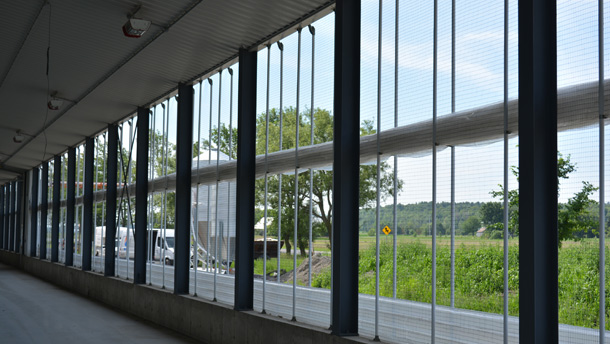 Ventech a développé des murs gonflables translucides, les Polymat, qui laissent entrer la lumière tout en offrant un isolant d'air de 7 po. Un système automatisé peut faire ouvrir ces murs lorsque la température le permet.