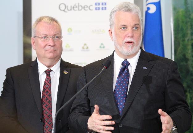 Le premier ministre Philippe Couillard et le ministre Luc Blanchette étaient à Montréal le 15 mai pour appuyer le Collectif pour une forêt durable. Crédit photo : Thierry Larivière/TCN