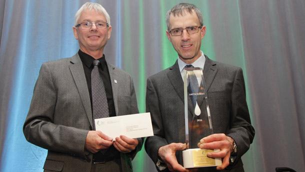 Denis Morin, 1er vice-président des Producteurs de lait, présente le prix Lait'xcellent Or 2016 à Denis Desfossés. Crédit photo : Pierre-Yvon Bégin