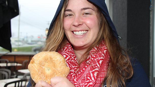 Fanny Gauthier-Patoine, globe-trotter et agricultrice, montre ici le pain de marin qu'elle devait parfois tailler à la « hache » pour s'alimenter durant La Grande traversée.  Photo : Pierre-Yvon Bégin/TCN