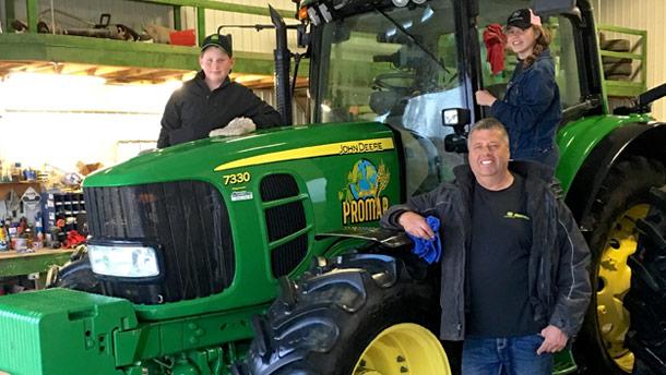 Comme plusieurs producteurs de grains, Martin Provencher tape du pied. À la blague, il dit être tellement prêt qu'il est rendu à cirer son tracteur! Crédit photo : Ferme Promar
