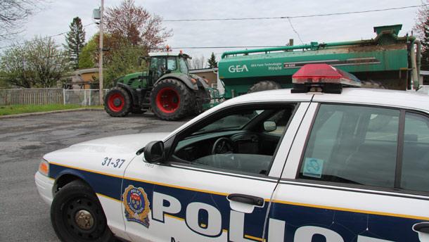 Quelques heures après le méfait, le tracteur et la citerne étaient gardés par des policiers de Longueuil. Crédit photo : Julie Mercier/TCN