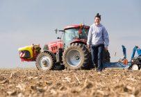 Maude Péloquin a délaissé sa carrière de comptable agréée pour prendre le volant d'un tracteur. Elle a semé son premier champ le 17 mai dernier. Crédit photo : Martin Ménard/TCN