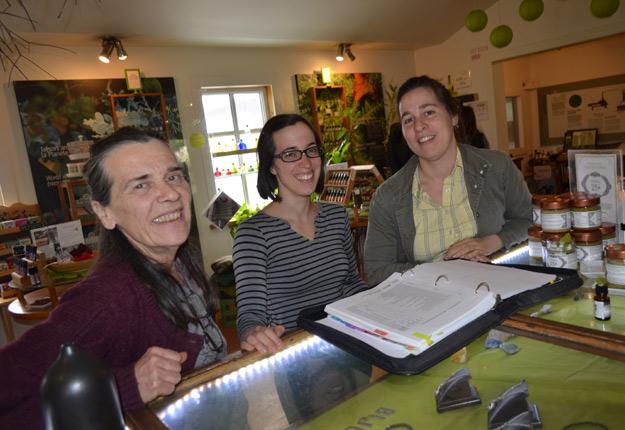 La présidente et fondatrice d'Aliksir, Lucie B. Mainguy, en compagnie de ses filles Estelle et Rachelle, qui reprennent graduellement les rênes de l'entreprise. Crédit photo : Pierre Saint-Yves