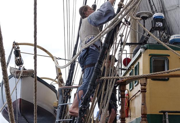 Pendant la traversée, Fanny n'hésitait pas à monter aux cordages. Crédit photo : Gracieuseté de La Grande Traversée