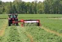 Certains producteurs préfèrent ajuster la largeur des roues pour éviter de piler sur le fourrage. Crédit photo: Kuhn – Amérique du Nord