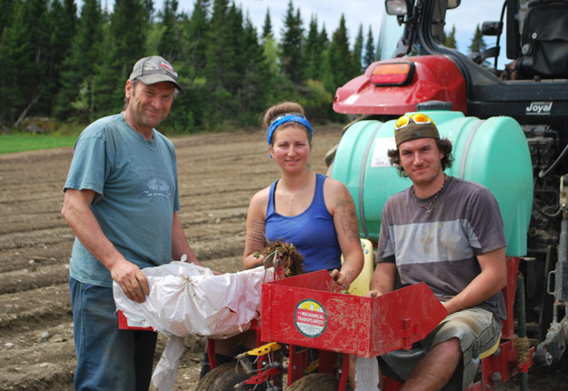 Mario Nadeau avec ses enfants Julie et Gabriel. Crédit photo : Anne-Marie Lachance