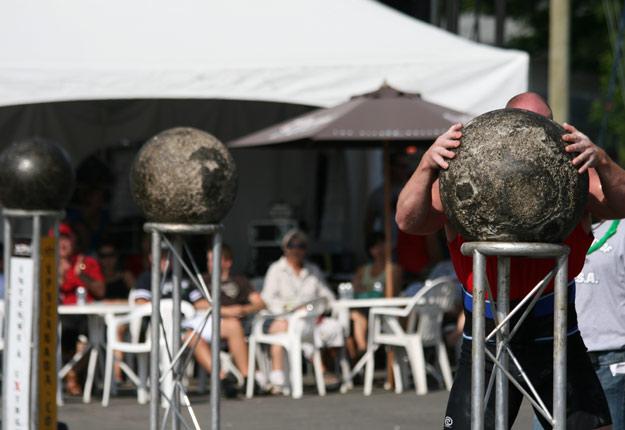 Le soulèvement des pierres d'Atlas est généralement considéré comme l'épreuve reine des concours d'hommes forts. Des pierres de poids croissants doivent être déposées sur leur socle. Une épreuve qui départage souvent les hommes des enfants. Crédit photo : Vincent Cauchy/TCN