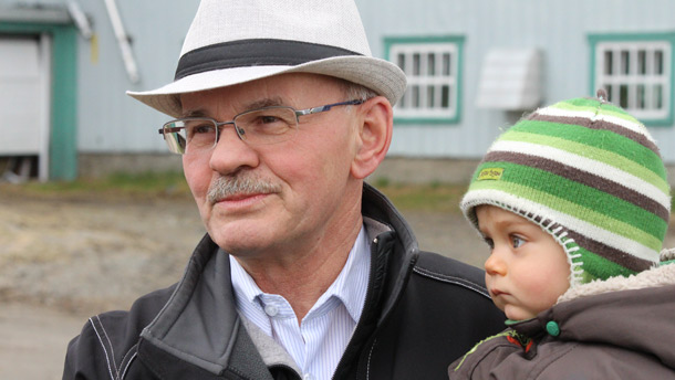 Richard Lehoux, agriculteur et président de la Fédération québécoise des municipalités (FQM), avec son petit-fils Griffen. Crédits photos : Thierry Larivière/TCN