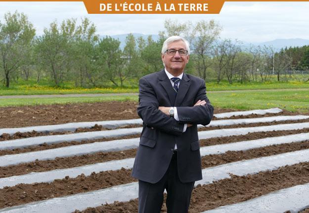 Le doyen de la Faculté des sciences de l'agriculture et de l'alimentation, Jean-Claude Dufour, à la ferme du campus de l'Université Laval, 12 hectares en plein cœur de Québec. Crédit photo : Gracieuseté de la FSAA