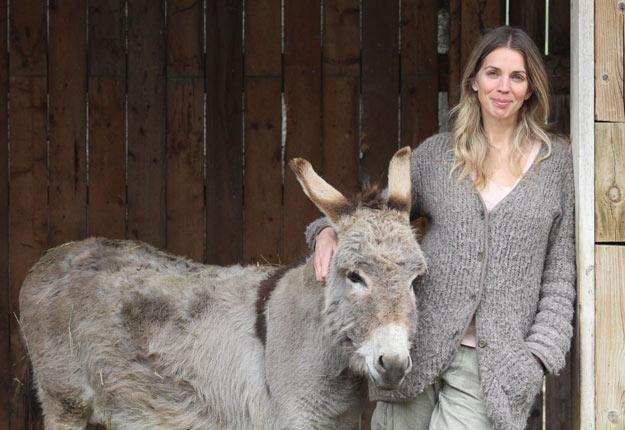Jacynthe René avec son âne. La petite ferme compte aussi des alpagas, des poules, des brebis et des ruches. Crédit photos : Thierry Larivière/TCN