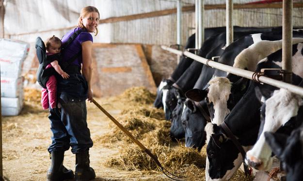 Émilie Ménard aurait aimé être vétérinaire. Elle vit sa grande passion pour les animaux à la ferme, avec ses enfants. Crédit photo : Martin Ménard/TCN