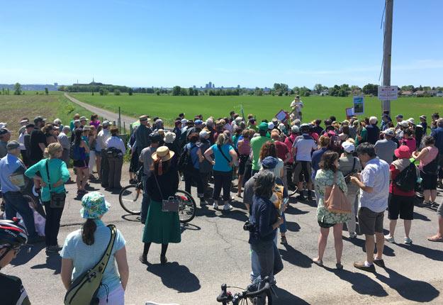 Des citoyens, des agriculteurs de la région, des représentants d'organismes et des politiciens ont pris part à la marche festive autour des terres agricoles de Beauport. Crédit photo : Anne-Marie Poulin
