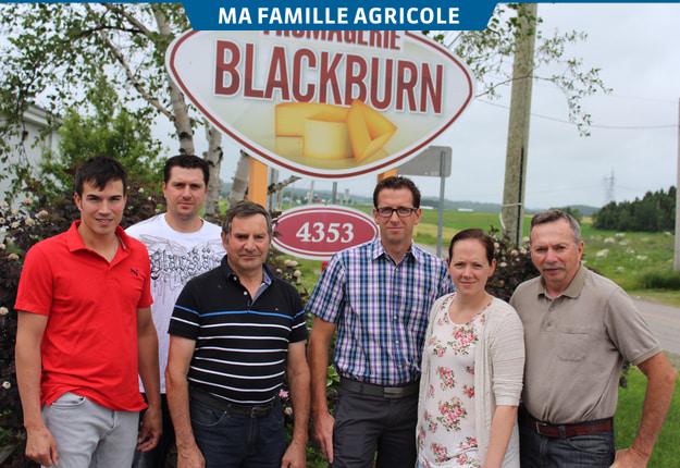 Les membres de la famille Blackburn font équipe à la ferme et à la fromagerie : Michaël, Jean-François, Benoit, Nicolas, Marie-Josée et Gilles. Photo : Frédéric Marcoux