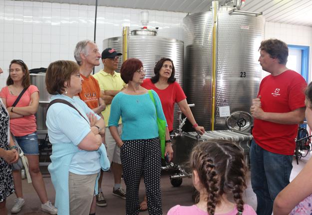 Alan Demoy, copropriétaire de la Cidrerie du Minot, a animé plusieurs visites guidées des installations durant le week-end. Photo: Josianne Desjardins