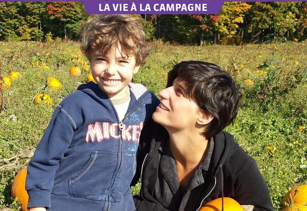 « Être à la campagne, c'est beaucoup d'apprentissage pour un petit humain », estime la comédienne Salomé Corbo, maman de Gustave, 6 ans (sur la photo), Joséphine, 4 ans, et Léo, 21 ans. Photo : Gracieuseté de Salomé Corbo