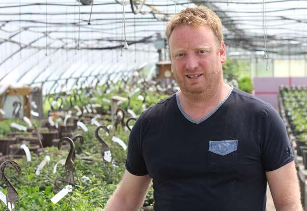 Hervé Barjol, producteur en serre de Saint-Alexandre, espère pouvoir produire des boutures et vendre de petits plants de marijuana aux consommateurs, qui auront le droit d'en posséder quatre. Photo : Thierry Larivière/TCN