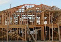 Un début de pénurie de bois d'œuvre a été signalé par les entrepreneurs américains qui construisent des maisons unifamiliales. Photo : Jaksmata