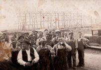 Lors des corvées de construction de granges, les gens se réunissaient pour aider un ami, un voisin. Photo : Gracieuseté de Pierre Lagacé/Nos ancêtres