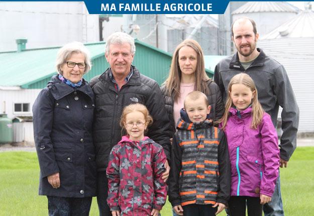 Gisèle Fillion, Jean-Claude Paradis, Hélène Paradis et Jean-François Allie avec leurs enfants Ariane, Elliot et Laurence. Crédit photo : Thierry Larivière/TCN