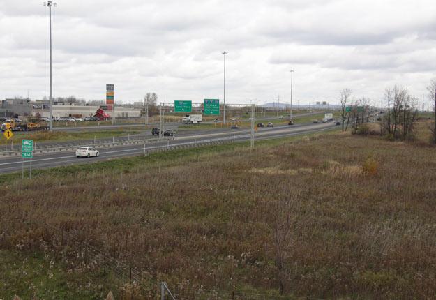 Le projet de loi 85 vise à faciliter le dézonage de terres agricoles et le contournement du zonage municipal pour créer des pôles logistiques près de l'autoroute 30 en Montérégie. Crédit photo : Archives/TCN