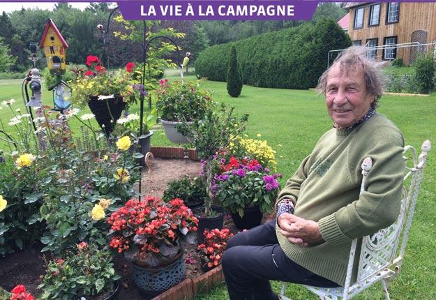 Jean-Pierre Ferland cultive beaucoup de fleurs, dont ces roses jaunes nommées en son honneur et vendues dans la région pour venir en aide aux femmes en difficulté. Crédit photos : Geneviève Quessy/TCN