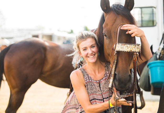Jessica Gauthier a grandi avec les chevaux. Elle voue aujourd'hui une grande passion aux rodéos et à… la mode western! Crédit photo : Martin Ménard/TCN
