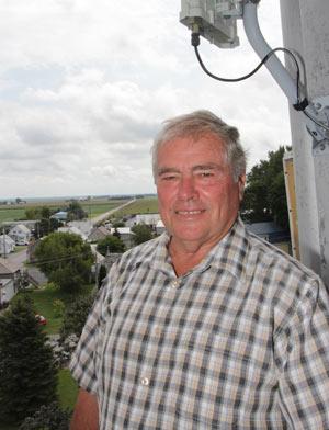 Du haut du clocher, le président de la fabrique, Laurent Brouillard, peut contempler toute la paroisse de Saint-Marcel. Il a récemment effectué la réparation du toit du clocher en compagnie de son beau-frère de 80 ans, Réal Fafard.  Crédit photo : Pierre-Yvon Bégin