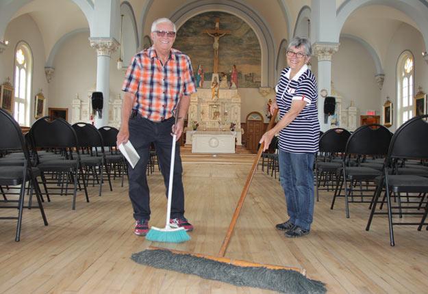 Le maire et la mairesse de Saint-Marcel, Réjean Bernier et Nicole Tellier-Bernier, sont aussi les concierges bénévoles de l'église, devenue également un centre communautaire. Crédit photo : Pierre-Yvon Bégin