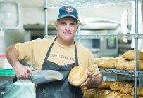 Daniel Desrosiers prend les grands moyens pour développer des pains conçus à partir de grains anciens cultivés localement. Il fait lui-même venir des semences et travaille ensuite avec des fermes d'ici. Crédit photo : Martin Ménard/TCN