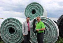 Richard Bossinotte et Alain Poirier, copropriétaire de Soleno, tenant leur nouveau drain à intérieur lisse. Crédit photo : Jean-Charles Gagné