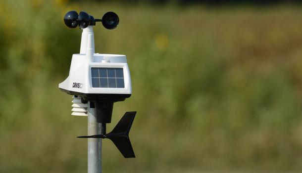 La station météorologique implantée dans le champ de Francis Desrochers. Crédit photo : Myriam Laplante El Haïli/TCN