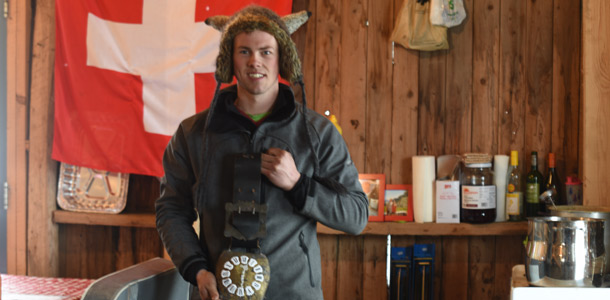 À l'intérieur de sa cabane, Julien Dupasquier est fier d'afficher le drapeau suisse et les traditionnelles cloches à vaches. Crédit photo : Pierre-Yvon Bégin
