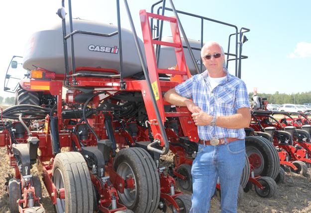 Le producteur Henri Loiselle pose devant un planteur de la série 2000 Early Riser de Case, qui ressemble beaucoup à l'appareil qu'il s'est procuré il y a trois ans. L'engin est doté de composantes Precision Planting. Crédit photo : Josianne Desjardins/TCN