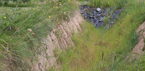 Des fossés de drainage avec de fortes pentes ont été creusés après la réfection de la route. Ils risquent à tout moment de s'ébouler. Crédit photo : Thierry Larivière/TCN