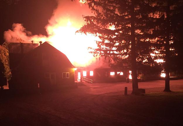 Le feu aurait pris naissance dans le bâtiment qui servait d'entrepôt et de magasin, avant de se propager aux arbres des alentours. Photo : Gracieuseté