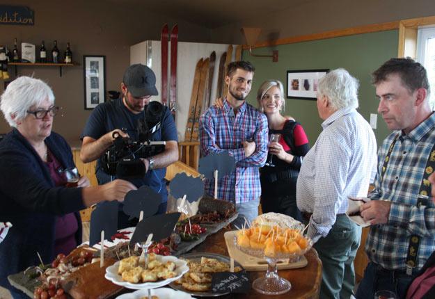 L'éleveur bovin Miguel Ellenberger fait partie des sept agriculteurs québécois d'origine suisse qui participent à l'émission européenne Un dîner à la ferme. Crédit photo : Films Solutions