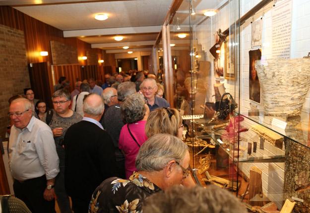 Il y avait foule devant les 17 vitrines de la galerie muséale lors de l'inauguration de l'exposition, le 14 septembre dernier. Crédit : Maison de la culture de Bellechasse