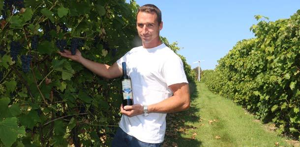 Richard Bresee espère transmettre en héritage à ses enfants sa passion pour la viticulture. Crédit photo : Josianne Desjardins/TCN