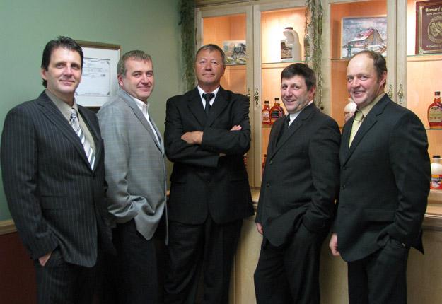 Les cinq frères Bernard actionnaires : Marcel, Victor, Yves, Paul et Richard. Crédit : Gracieuseté des Industries Bernard & Fils